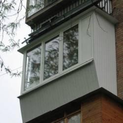 Остекляем балкон самостоятельно: три основных варианта