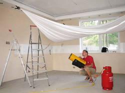 Поклейка обоев или натяжной потолок: что сначала, а что потом?