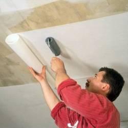 Поклейка обоев на потолок: порядок работ и видеоинструкция