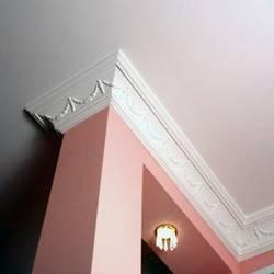 Поклейка плинтуса на потолок самостоятельно: ключевые моменты