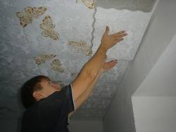Ремонт и плитка на потолке: стоит ли?
