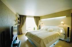 Выбираем натяжной потолок для спальни