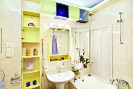 Уютная ванная комната с современной мебелью