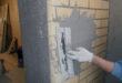 Строительство. Отделка откосов по маякам – простейшая технология.